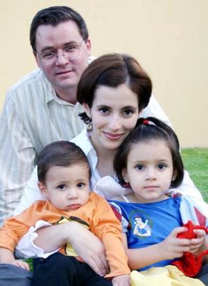 Yaco Murra y Mayté de Murra con sus hijos María Teresa y Jacobo Murra Belausteguigoitia.