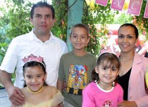 Con una divertida piñata, María Fernanda y Sofía del Carmen Alfaro Reyes  festejaron ocho y cuatro años de vida, organizada por sus papás.