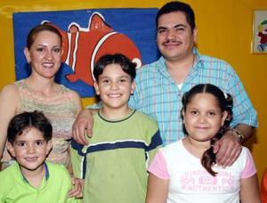 Degni Ileana y Antonio Abraham Armendáriz Navarro disfrutaron de una divertida piñata por sus respectivos cumpleaños junto a sus papás, José Gustavo Armendariz e Hilda Imelda Navarro.