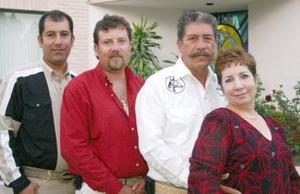 Flavio Vargas Leyva y Esther Graciela Padilla de Vargas, en reciente festejo acompañados por sus hijos Flavio y Jesús Vargas Padilla.