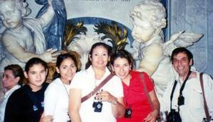 Jesús Ochoa, Ana María, Martha, Ana y Lupita Ochoa Valdés, en una visita realizada en un museo de Roma, Italia.