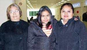 Amy Corral viajó a Los Ángeles, la despidieron Yolanda y Antonia Saucedo