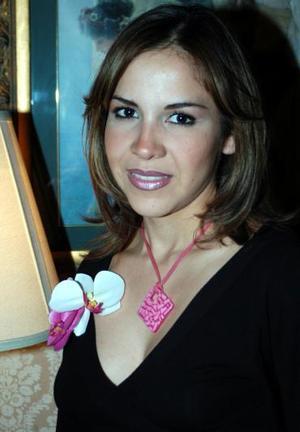 Alma Luján Aguilar muy contenta en su despedida de soltera.