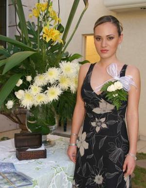 -Flor Hernández Rascón recibió numerosas felicitaciones por su próxima boda con José Eduardo Chávez Villarreal.