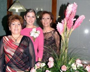 Vanessa Villarreal Cuéllar, acompañada por las anfitrionas de su despedida de soltera, Mercedes Cuéllar de Villarreal y María de Lourdes Carrillo de Aguirre