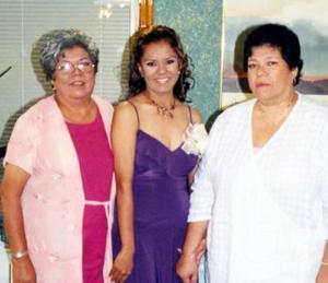 María de Jesús Nájera Moreno junto a las anfitrionas de su despedida de soltera, María de Jesús Moreno de Nájera y Doris Lam.