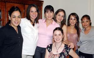 Begoña Galán de Sada acompañada de sus amistades em su fiesta de canastilla que le organizaron recientemente.