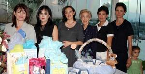 -Cony Gallardo de Rodríguez junto a su mamá Luz Arellano de Gallardo, y sus hermanas Mary Carmen, Lucero, Maribel y Ángeles, organizadoras de su fiesta de canastilla