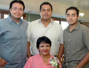 Josefina Adame Navarro en compañía de sus hijos, Israel y Jaime en el convivio que le organizaron por su jubilación laboral
