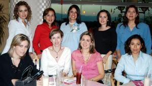 Lety Rivera de García acompañada de un grupo de amigas,asistentes a la fiesta de canastilla que le ofrecieron.