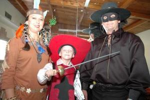 El festejado acompañado de sus padres