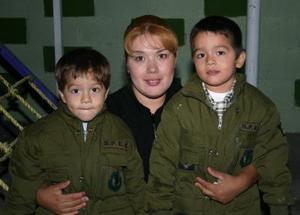 Fausto y Carlitos López Tovar acompañados por su mamá Érika Fabiola Tovar Salas