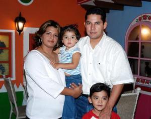 Juan Alberto Sánchez y Suasana Acevedo de Sánchez con sus hijos Mary Fer y Alberto.