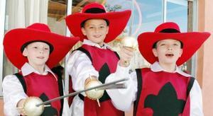 <u><i> 08 de noviembre de 2004</u></i><p> También los hermanos de Marcelo se disfrazaron, para juntos los Tres Mosqueteros
