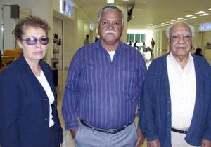 <u><i> 10 de noviembre de 2004</u></i><p> Celia de Escobar viajó  a La Paz B.CS. y fue despedida por José Ángel y Miguel Escobar.