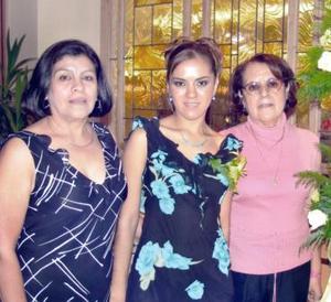 <u><i> 10 de noviembre de 2004</u></i><p> Verónica Zamudio acompañada por su mamá y su futura suegra.
