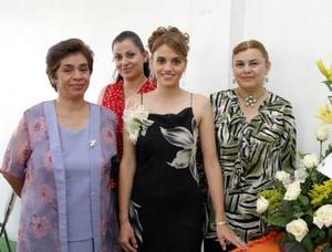 Judith Bernal Rodríguez junto a Miriam Rodríguez Delgado, María de Jesús de Soto y Ana González de Santiago quienes le organizaron una despedida de soltera.