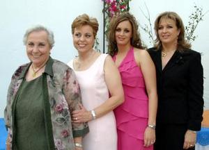 Cristina Villarreal Vargas disfrutó de una despedida de soltera, que le ofrecieron Loly Gómez de Fernández, Patricia Vargas de Villarreal, Delia Martínez y Rosario Maíz