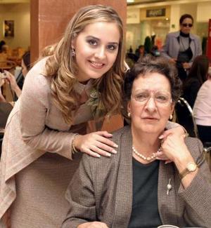 Patricia Ramos acompañada por su abuelita la Sra. Amparo Siller de Todd.