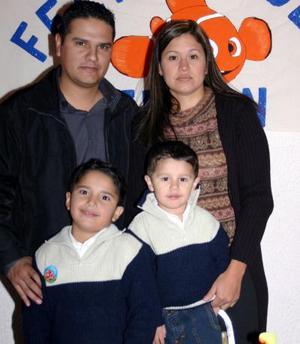 Edson Salvador Sánchez Ontiveros en compañía de sus papás Edgar Sánchez y Norma Ontiveros de Sánchez y su hermanito Édgar