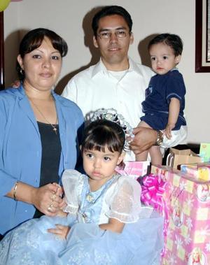 La pequeña Narda Haydeé Castro Ledezma junto a sus papás el día de su cumpleaños.