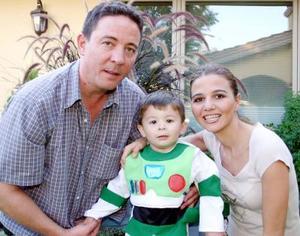 <u><i> 10 de noviembre de 2004</u></i><p> Mauricio Garza y Morna de De la Garza con su hijo Mauricio de la Garza.