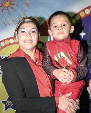 Alan Rivas Rodríguez junto a su mamá Beatriz Rodríguez de Rivas.