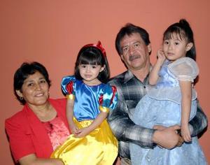 Ana Lucía y Frida Sofía Sujo Hernández en compañía de sus abuelitos el día que festejaron tres y cuatro años de vida.