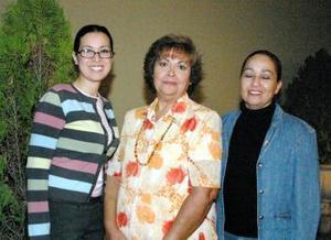 María del Carmen Puentes disfrutó de una reunión que le ofrecieron Mayela de Díaz y Rosy de Pérez