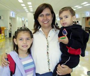 Eugenia Pérez viajó a Selva Lacandona y fue despedida por Eugenia y Enrique Pérez