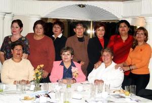<u><i> 11 de noviembre de 2004</u></i><p>  Xóchitl Contreras Flores junto a sus compañeras de trabajo el día de su jubilación laboral