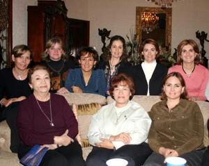 <u><i> 12 de noviembre de 2004</u></i><p>  Sandra Zarzar de Faccuseh en compañía de sus amigas en el festejo que le ofrecieron para celebrar su cumpleaños
