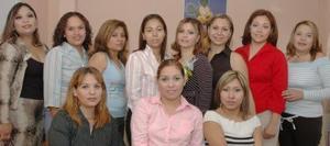 Liliana Pérez García acompañada de un grupo de amistades