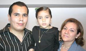 <u><i> 13 de noviembre de 2004</u></i><p> Rafael Paredes Rodríguez y Maribel de Paredes festejaron a Luis Fernanda, su hija