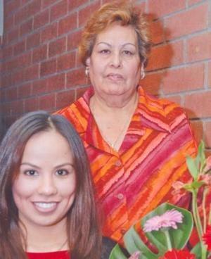 Irma Paola Ramírez con la Evelia Tallabas de De Santiago, organizadora de su despedida de soltera