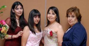 Las anfitrionas del convivio de despedida acompañana a la novia Miriam Gabriela Cepeda Rubio