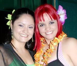 Elsa Contreras Bustamante junto a su hermana Carmen en la última despedida de soltera que le organizaron