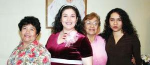Nora Delia Martell Banda en compañía de Fernanda, Cristina y Esperanza, organizadoras de su fiesta de canastilla