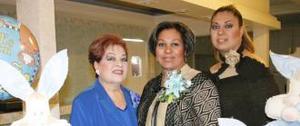 Sandra Elia Garibay en compañía de Hortensia Soto de Garibay e Ileana Garibay