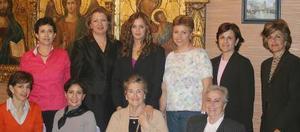 Cristina Villarreal Vargas en compañía de sus amigas en la fiesta de despedida de soltera que le ofrecieron