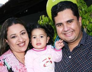 Carlos Huerta y Lizbeth de Huerta con su pequeña Mariana Huerta Vázquez