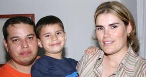 Mario Ernesto Arvizu Villarreal acompañado por sus papás Mario Arvizu y Julieta Villarreal el día de su cumpleaños