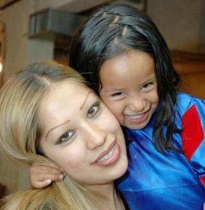 Pamela Janeth de los Santos Hernández junto a su mamá Janeth Hernández Márquez en su fiesta de cuatro años