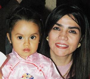 Adriana Jiménez Contreras junto a su mamá, Iveth Jiménez Contreras, el día de su cumpleaños número dos