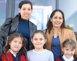 Karla Reyes de Hernández y Leticia Núñez de González, acompañada de las niñas Karla Hernández, Pilar Guitérrez y Ana González