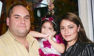 <u><i> 14 de noviembre de 2004</u></i><p> Stephanie Escobar Estrella con sus papás el día de su cumpleaños