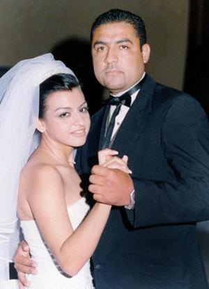Lic. Julio C. Domínguez Silva y Lic. Hortencia Isabel Chávez Reyes contrajeron matrimonio religiosa en la parroquia de La Sagrada Familia de la colonia Las Rosas en Gómez Palacio Dgo., el sábado 14 de agosto de 2004.