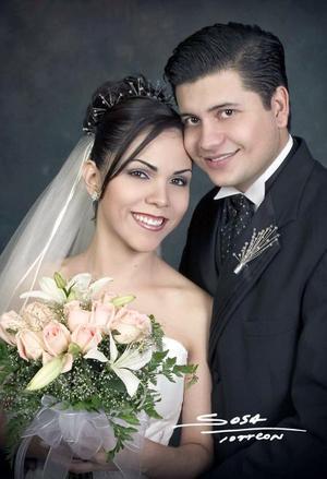 C.P Ernesto Everardo González Aguilera y Lic. Victoria Valadez Saldívar recibieron la bendición nupcial en la parroquia de Nuestra Señora de laVirgen de Lourdes el sábado 16 de octubre de 2004.