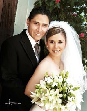 L.C.E.A. Roberto Rodríguez Madrid y C.P. Mónica Galindo Herrera contrajeron matrimonio religioso en la parroquia Los Ángeles el sábado tres de julio de 2004.