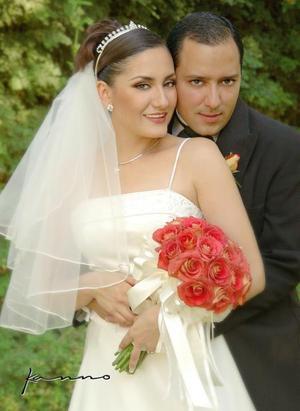 Ing. Daniel Mora Máynez y Srita. Estela Meraz Magaña recibieron la bendición nupcial en la parroquia de Nuestra Señora de la Virgen de la Encarnación, el sábado 11 de septiembre de 2004